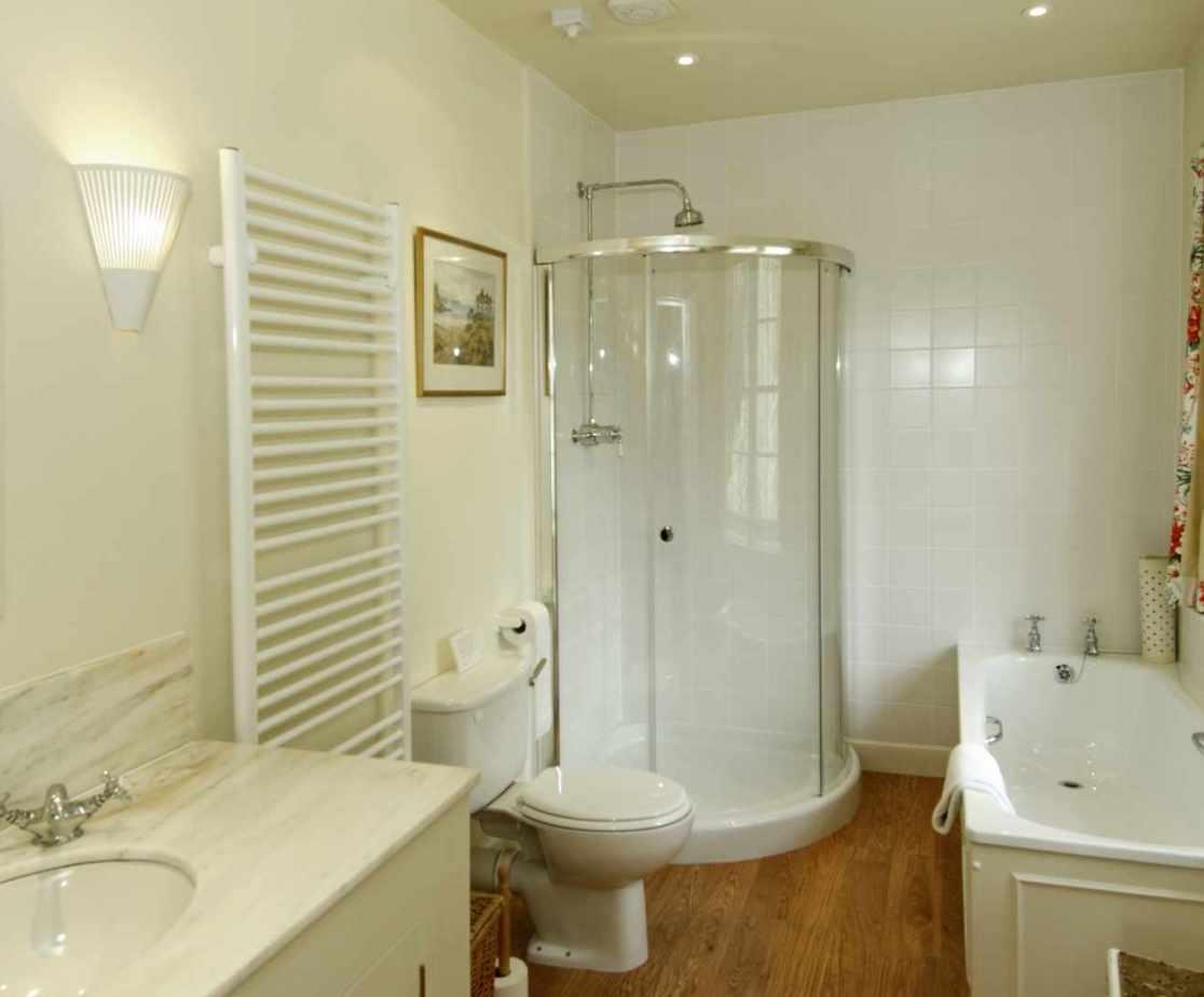 The en-suite bathroom to room 1