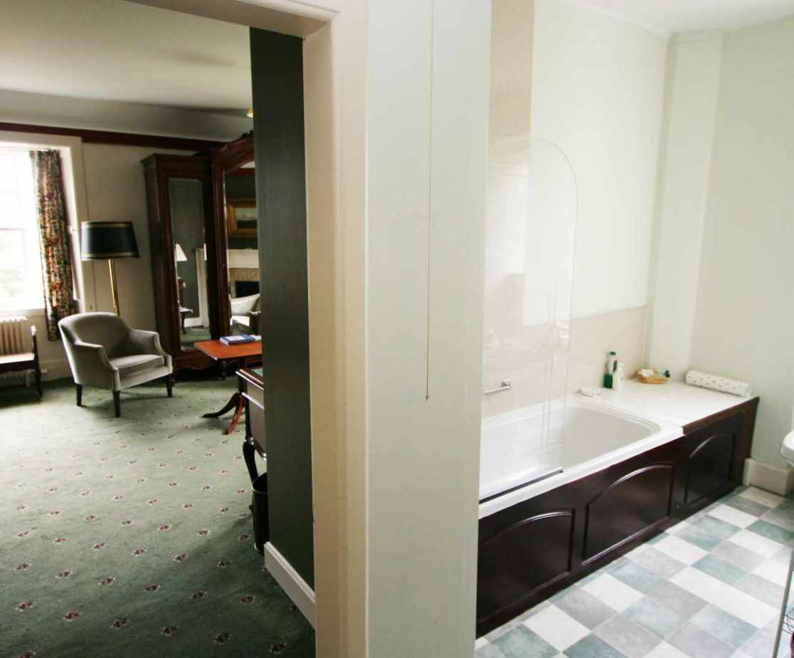 En-suite bathroom to the \'Walnut\' bedroom