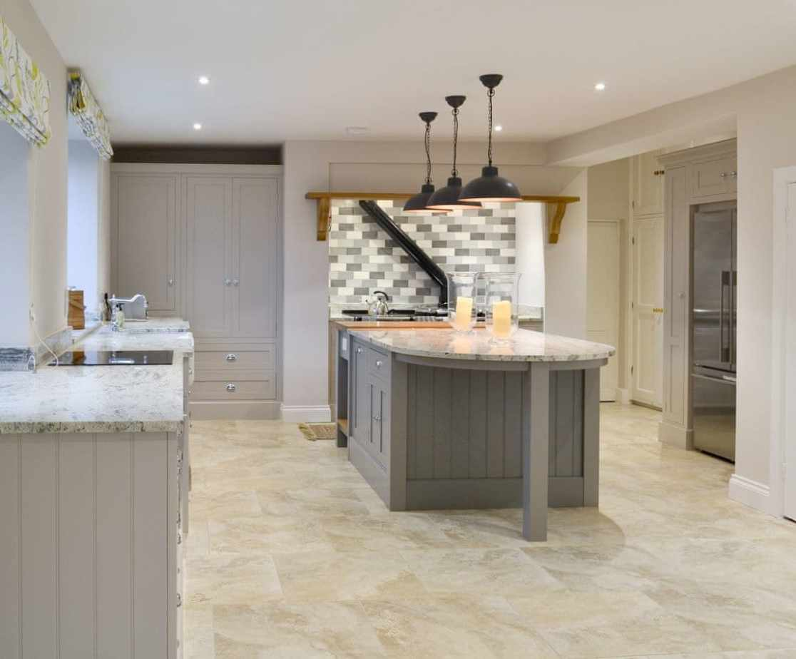 Comprehensively equipped fitted kitchen