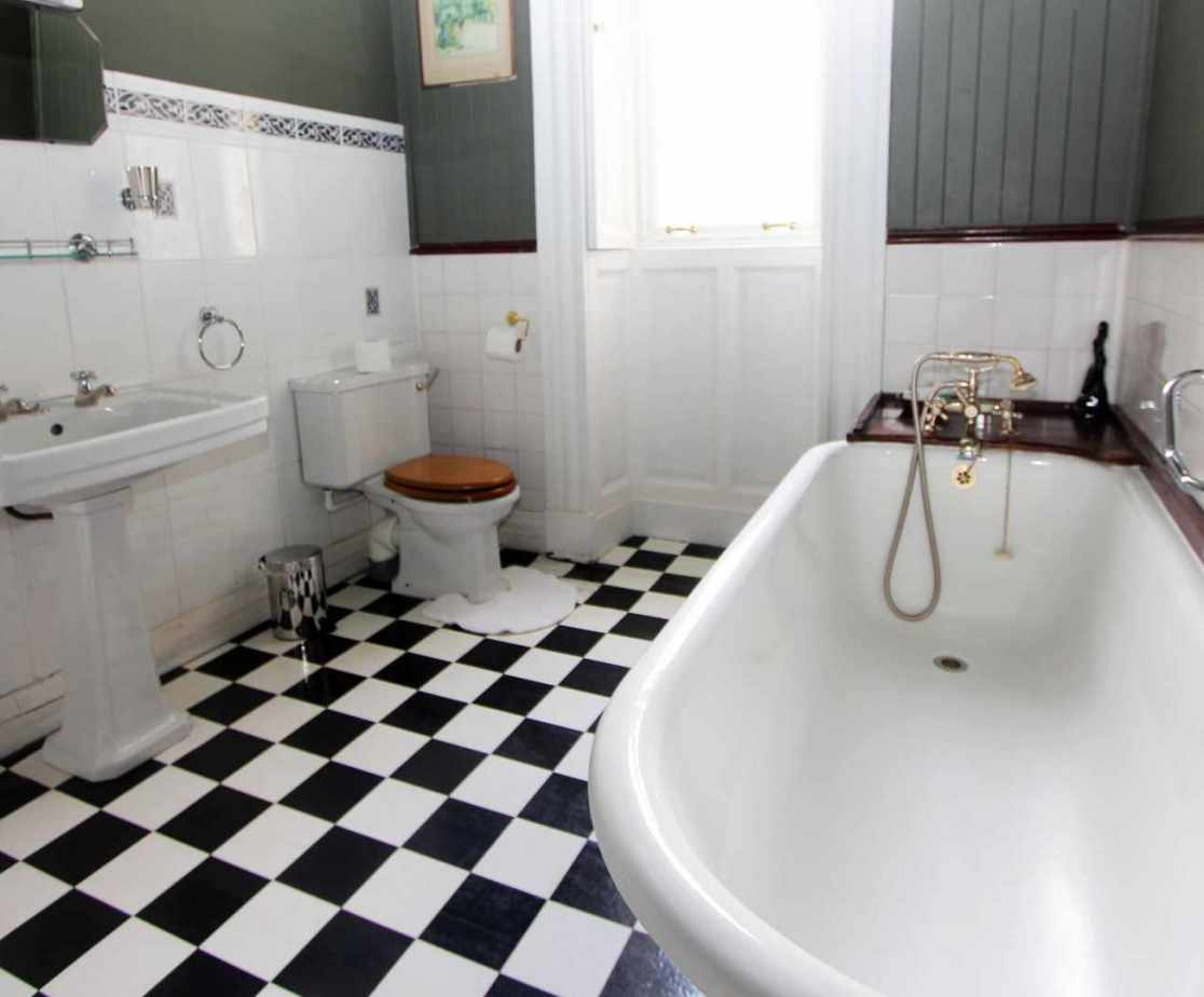 En suite bathroom to room no 1.