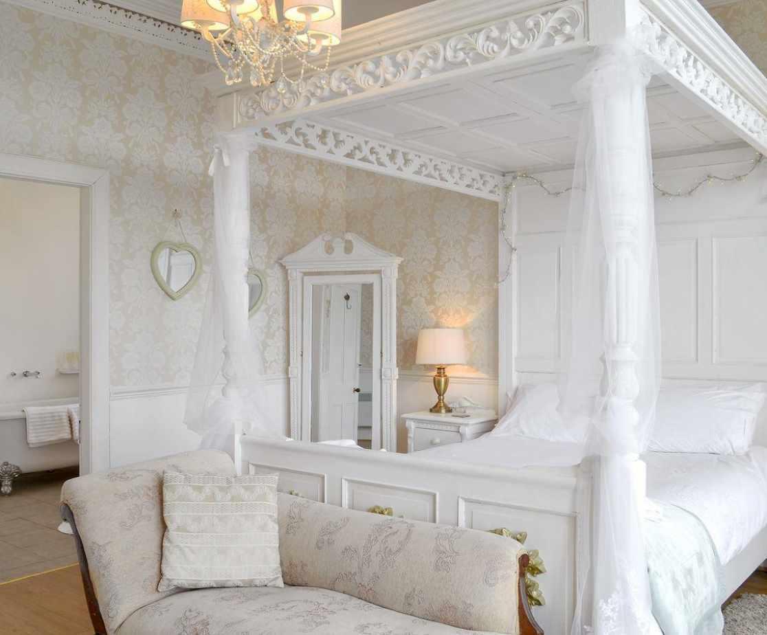Romantic four poster bedroom with en-suite bathroom