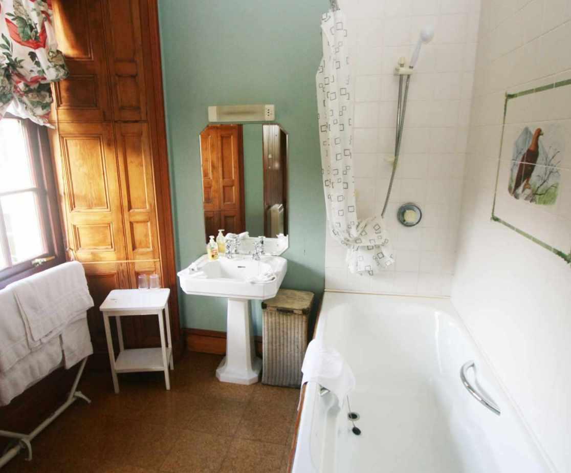 The \'Golden Eagle\' en-suite bathroom, one of 8 en-suite bathrooms