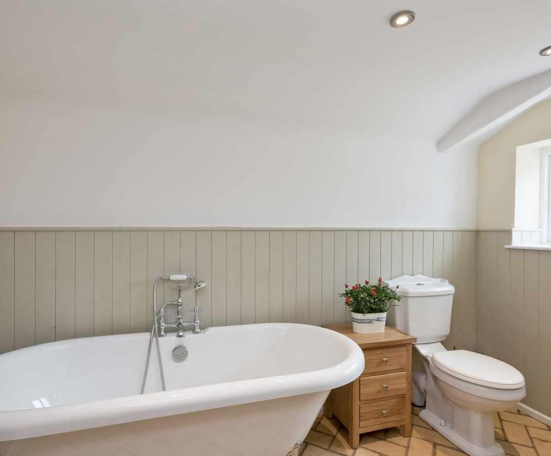 Bathroom with roll-top bath