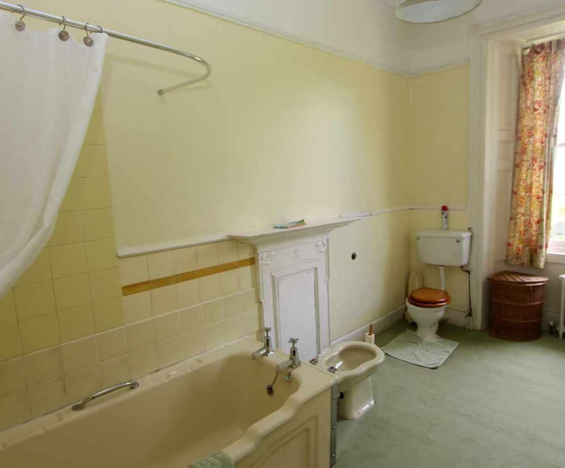 Shared bathroom on the first floor