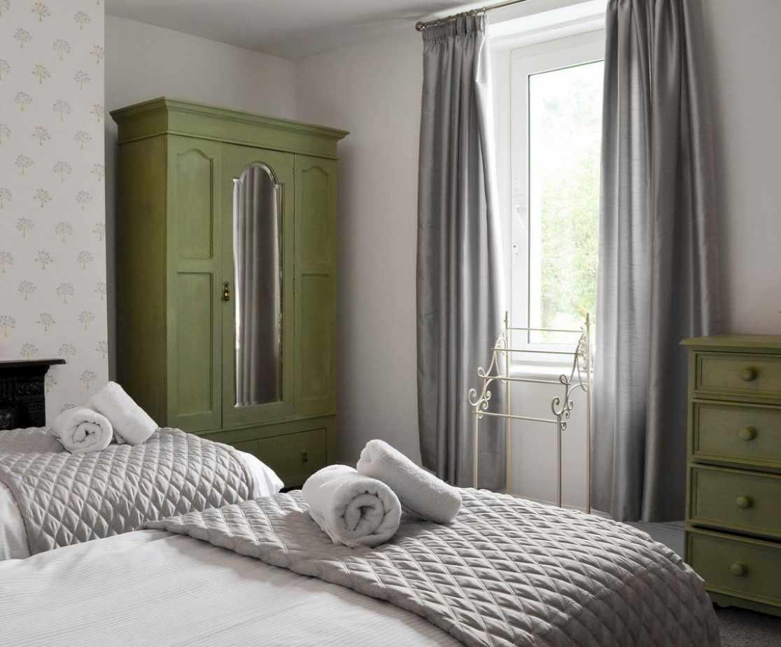 Calming bedroom with zip and link beds