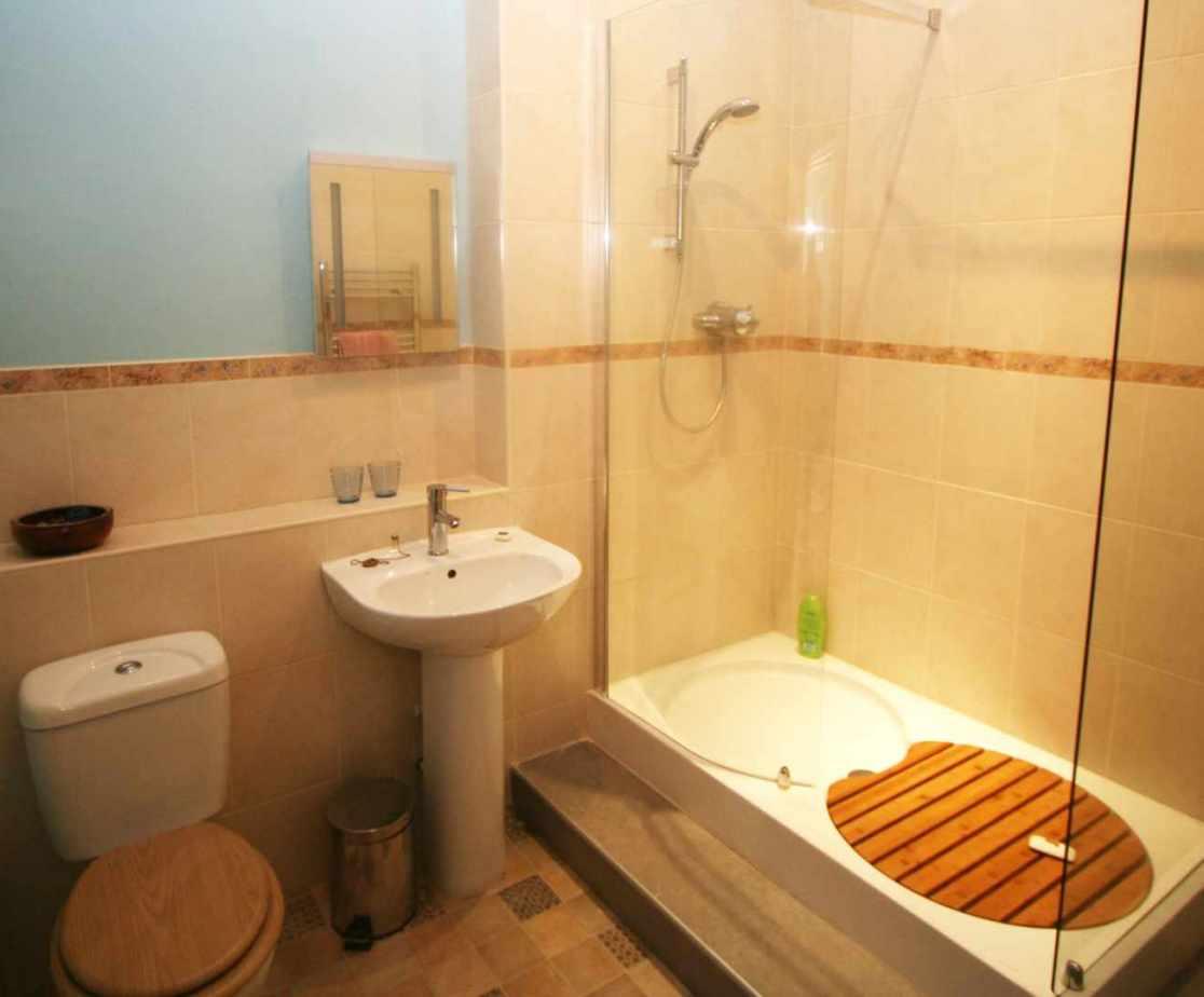 En-suite shower room for room 4