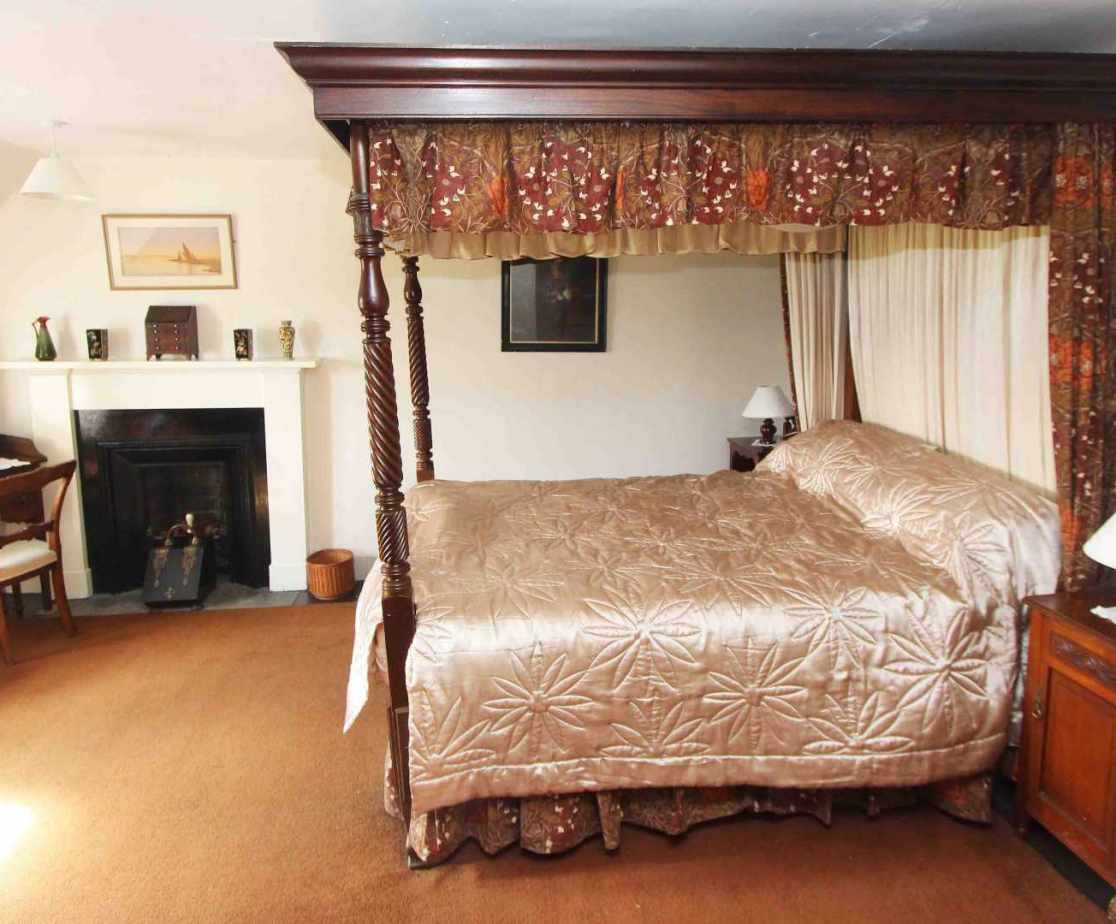 Room 1 is a four poster double bed with front view