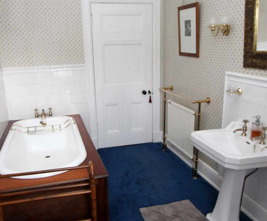 Ensuite bathroom to room 1 (or shared via hall door)