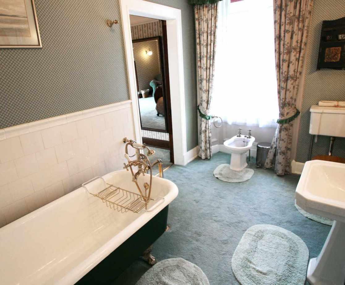 En-suite bathroom to room 2 (or shared via hall door)