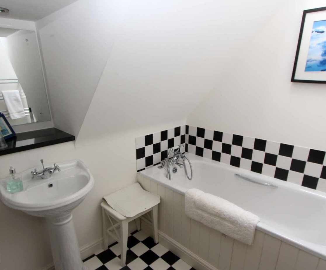 Shared bathroom on the second floor with a tub