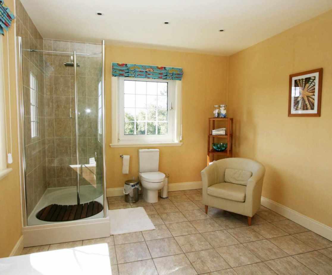 Master double bedroom en-suite bathroom