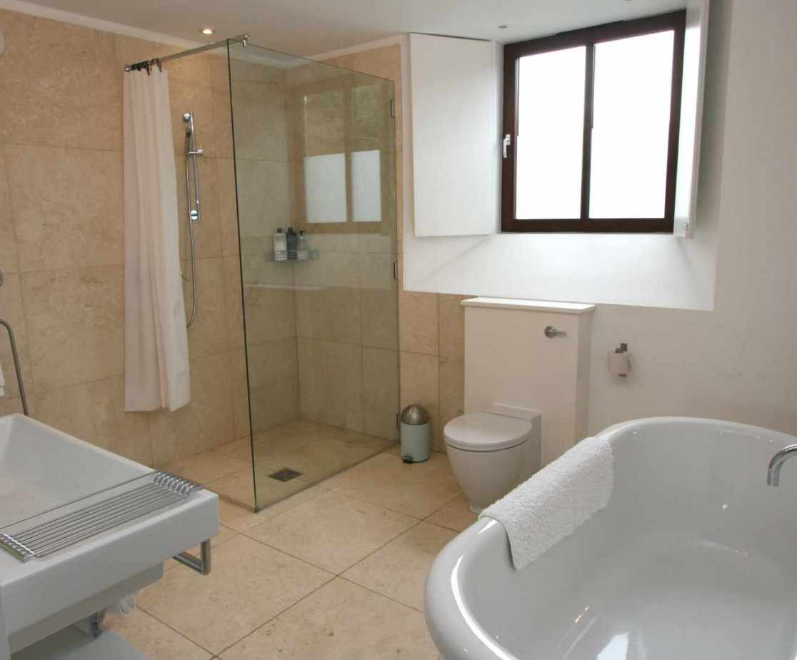 En-suite bathroom to master double bedroom