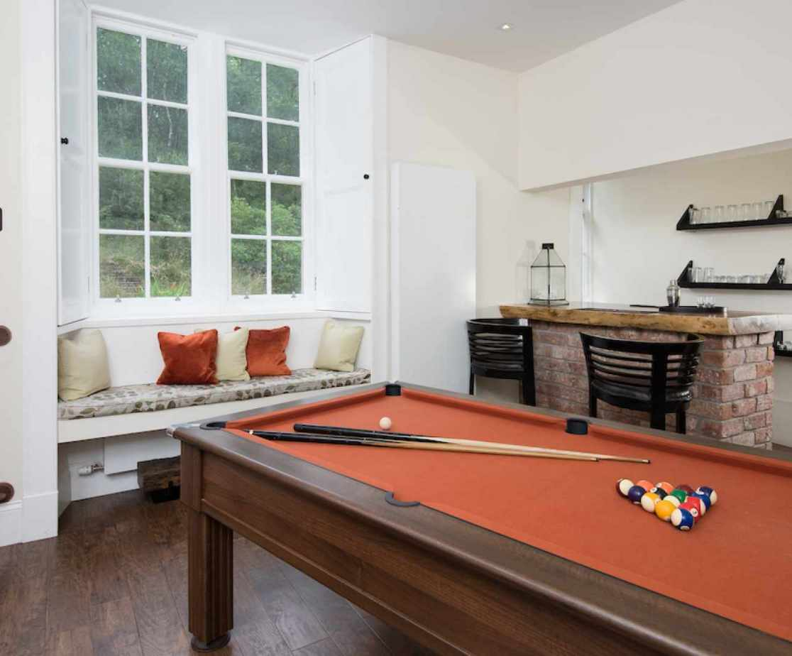 Games room with pool table and handcrafted bar - bonus!