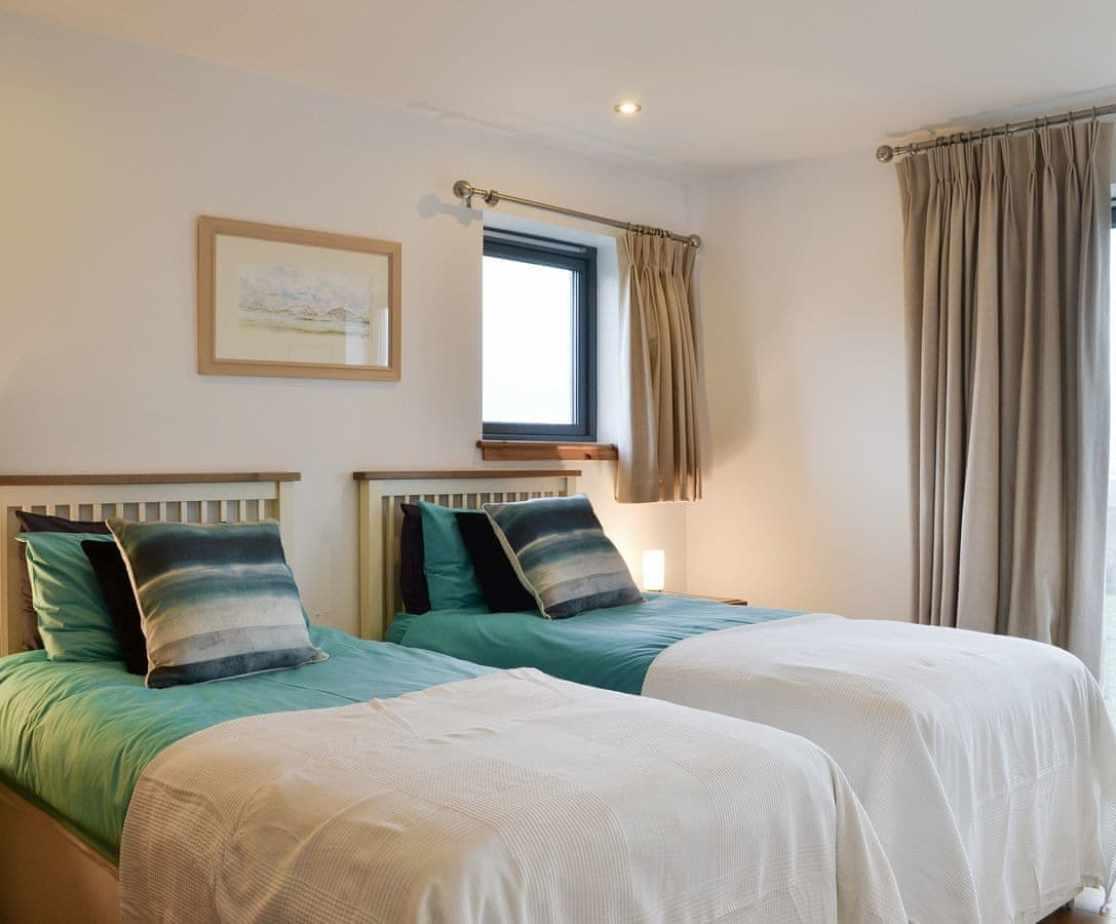 Light and airy ground floor en-suite twin bedroom