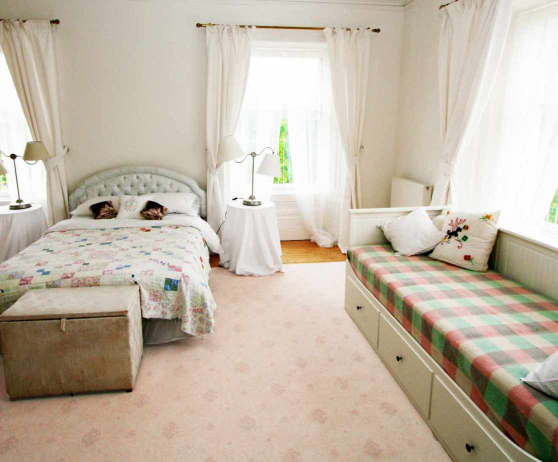 The second floor \'White\' bedroom with sofa-bed