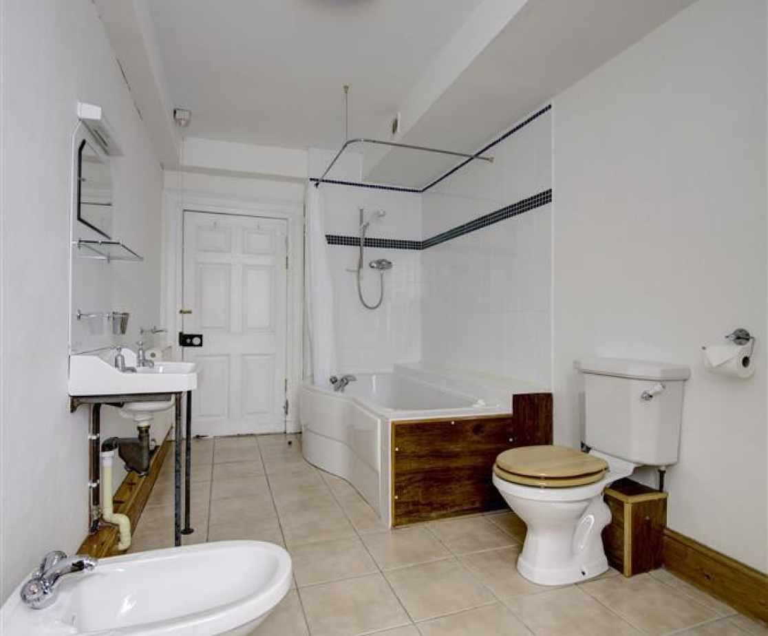 PW376 - Bathroom 1 - View 2