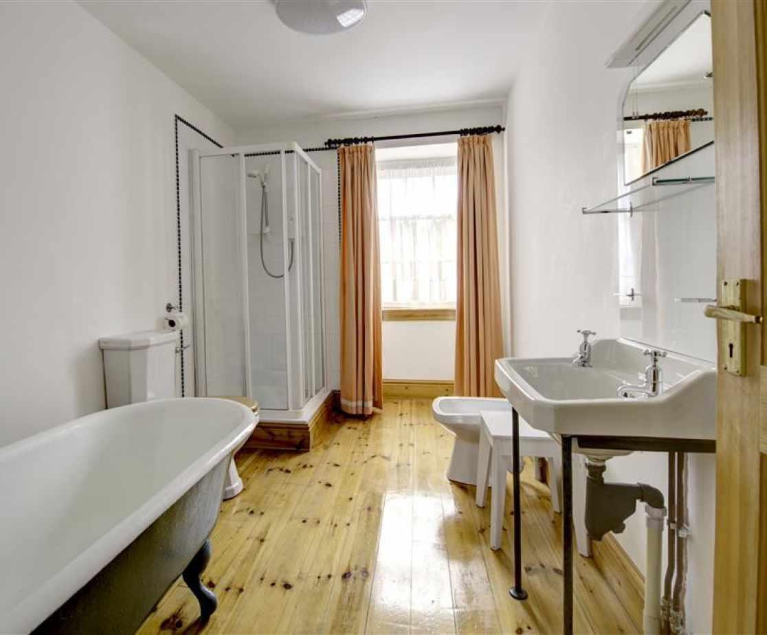PW376 - Bathroom 2