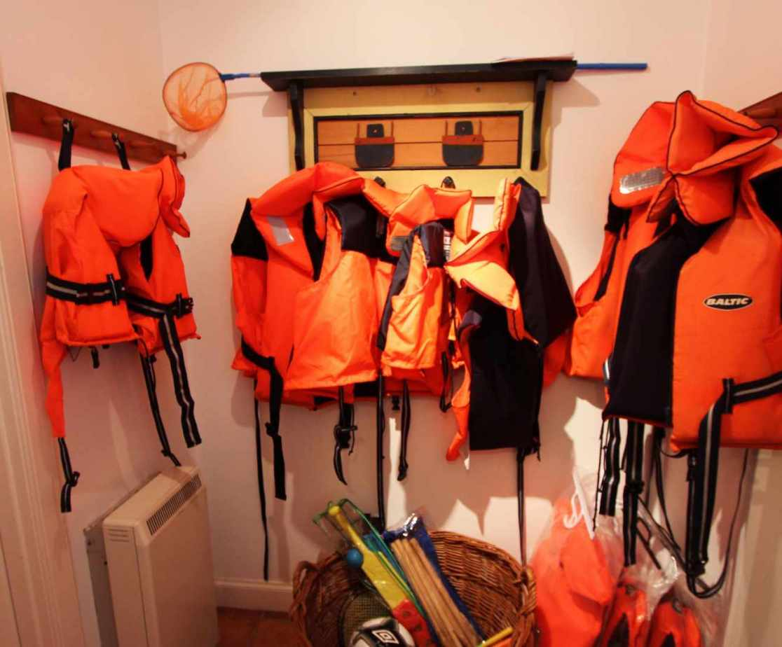 There is a motorboat available to guests with the appropriate certificates, ask for details