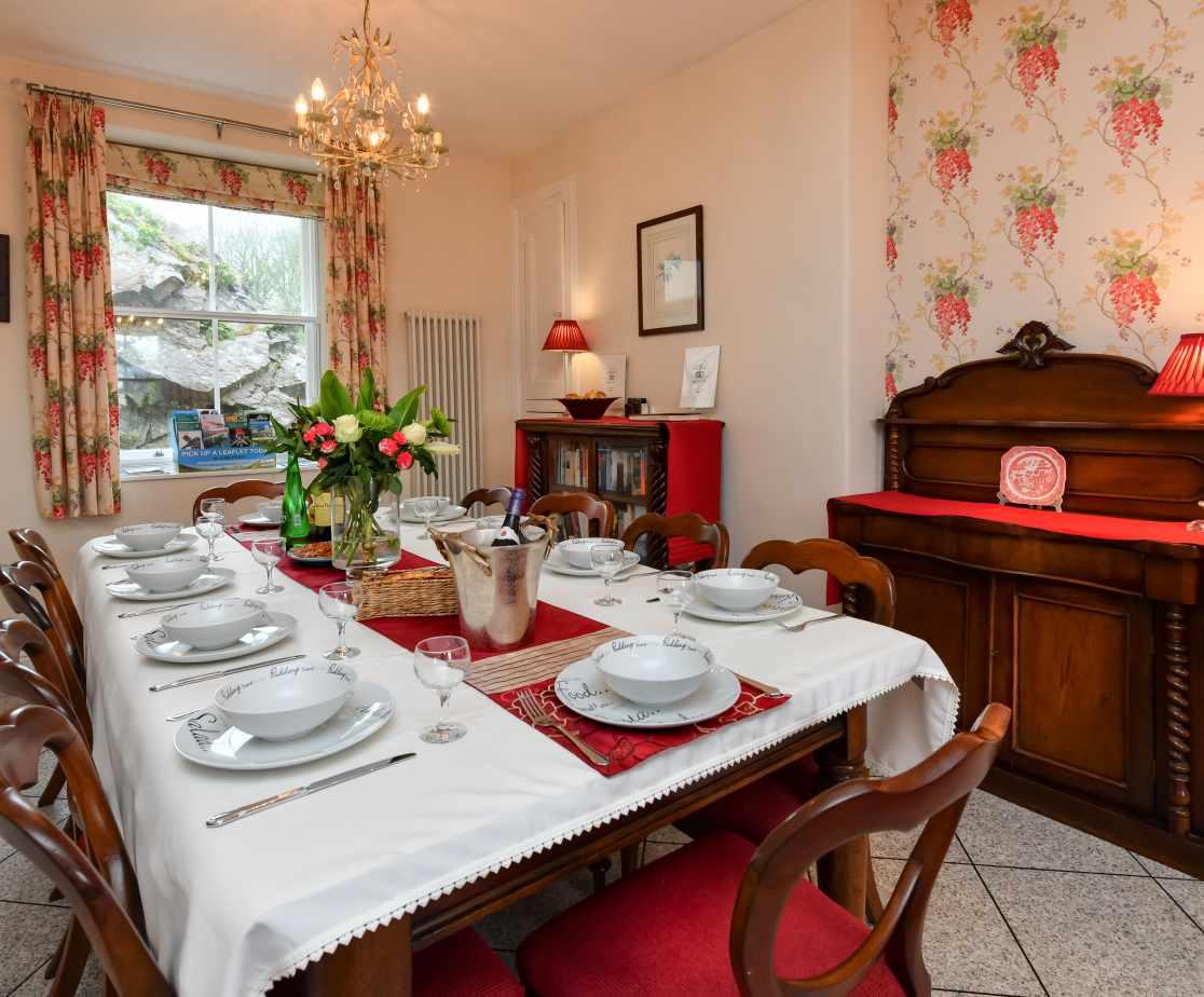 CRAIGY - Dining Area