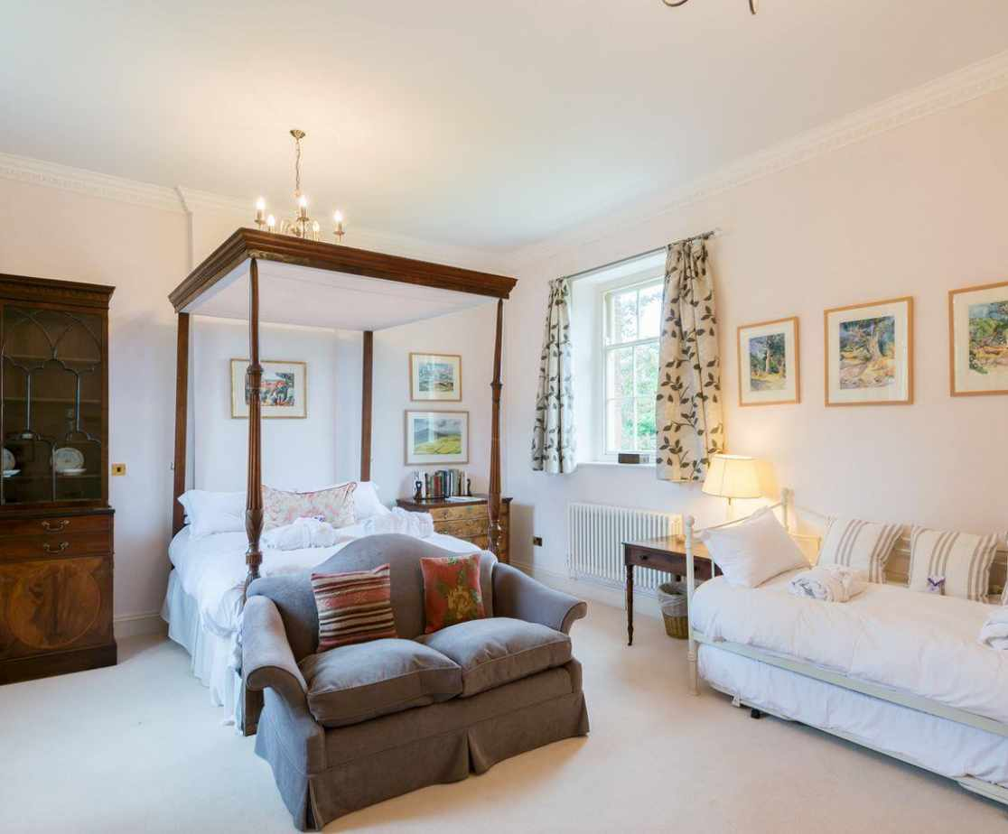 Four poster bedroom with additional 'day bed'