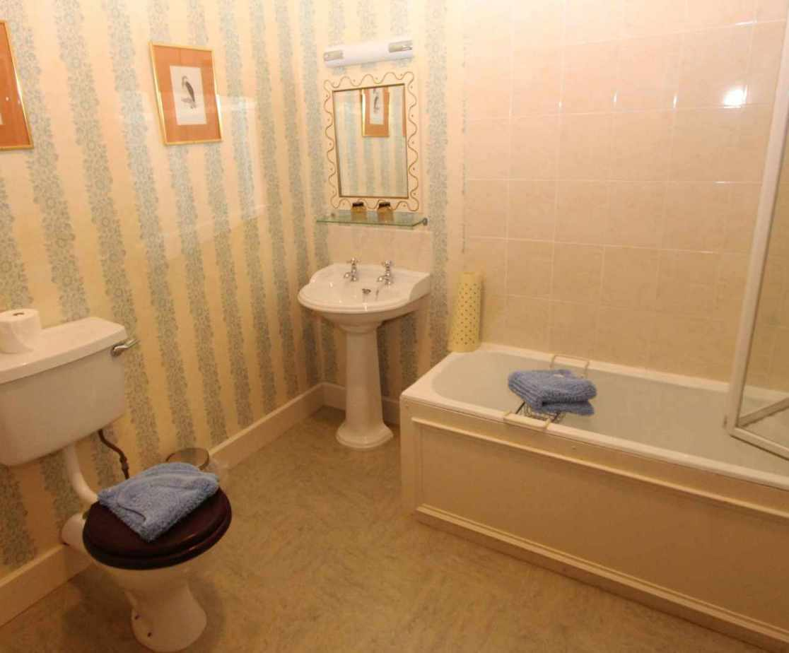 The allocated bathroom to the \'Tredegar\'\' bedroom