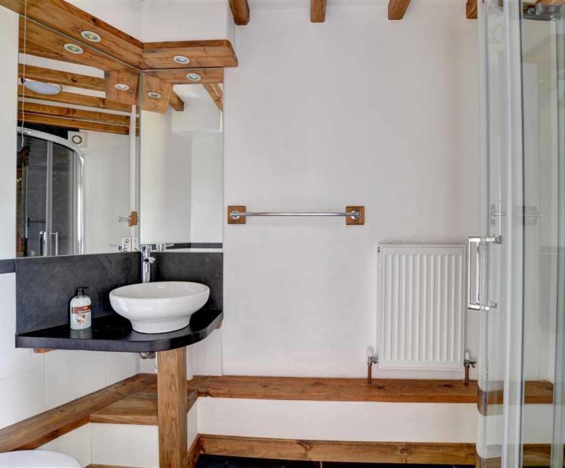 FL051 - En Suite to Bedroom 1