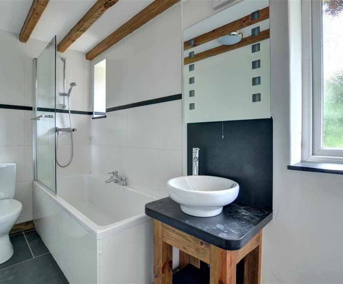 FL051 - En Suite to Bedroom 2