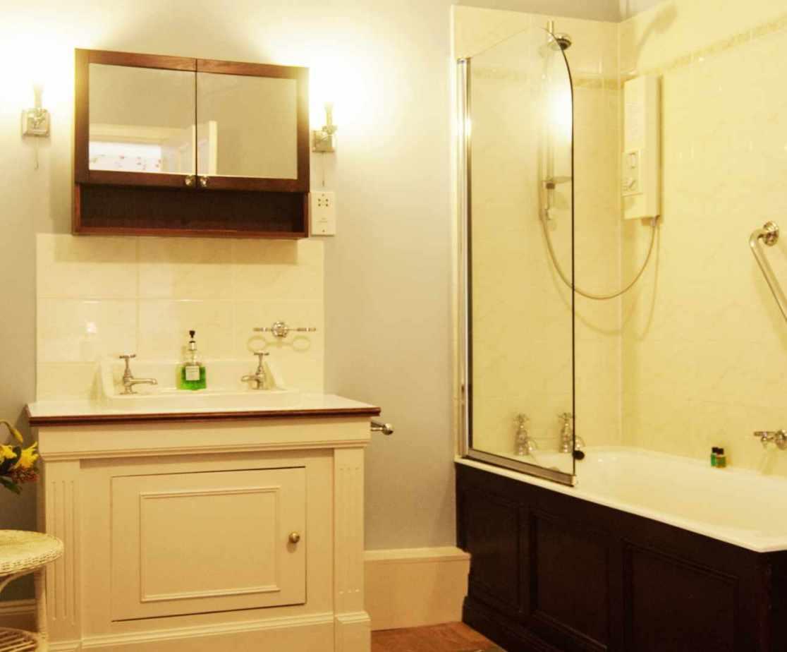 En-suite bathroom for room 3