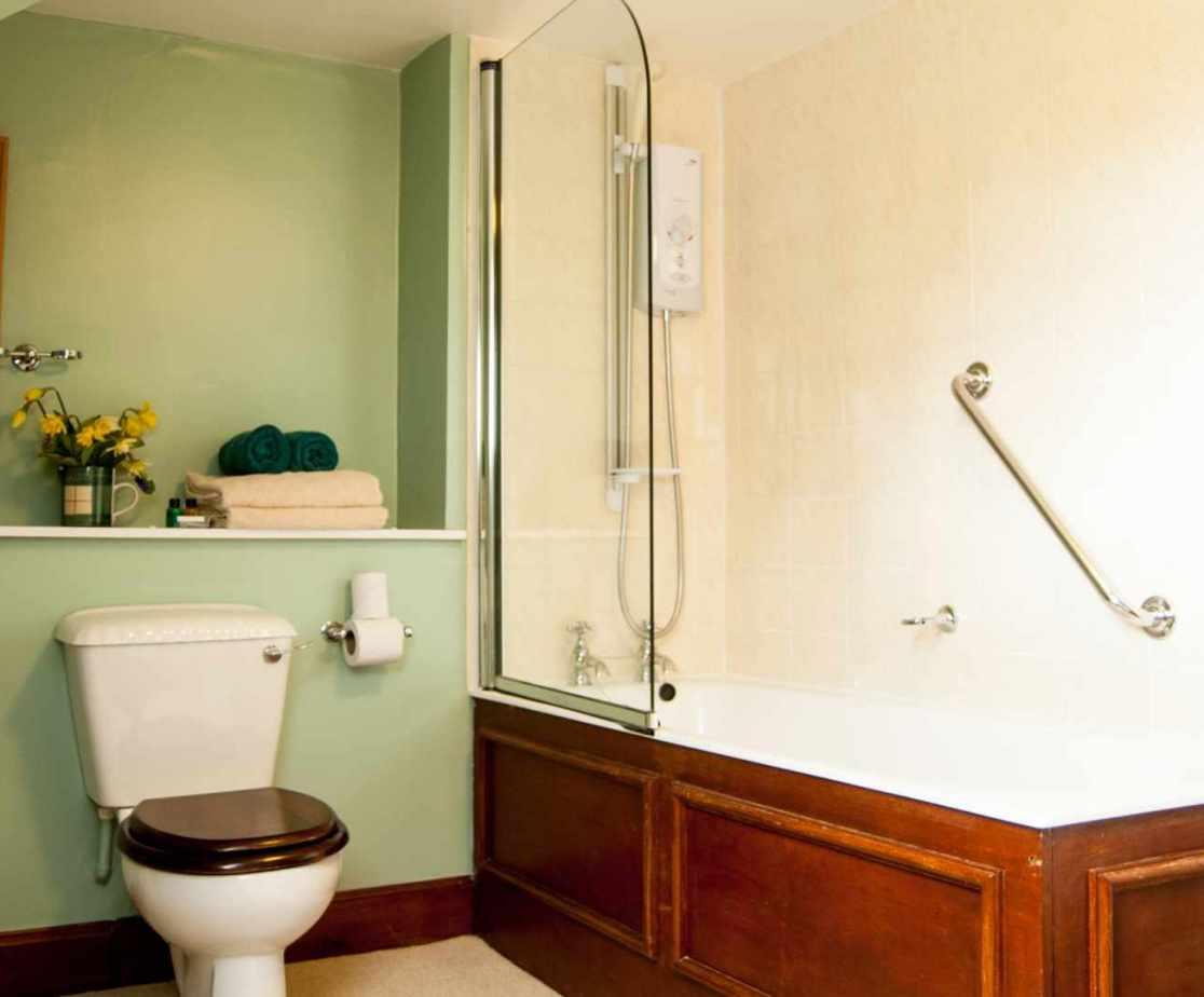 En-suite bathroom for room 7