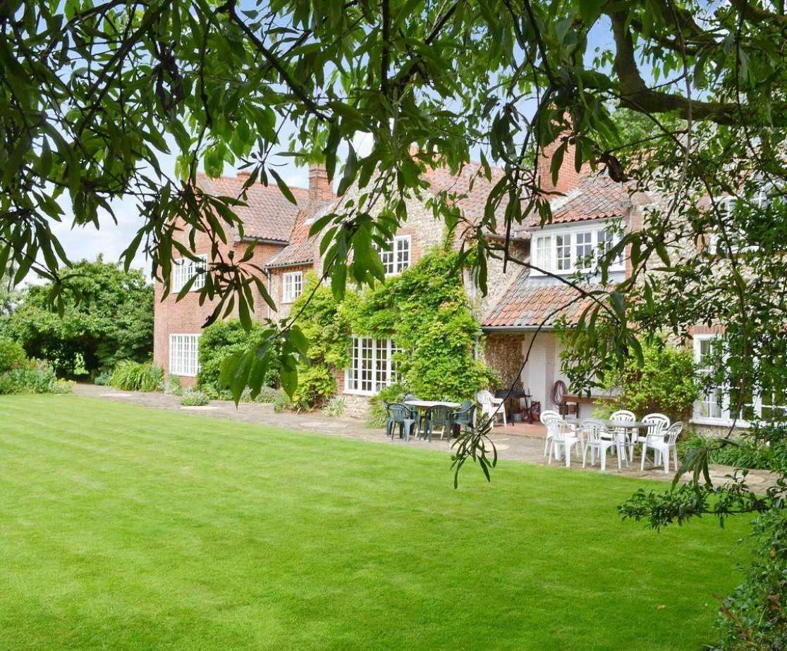 Exterior & large lawned garden