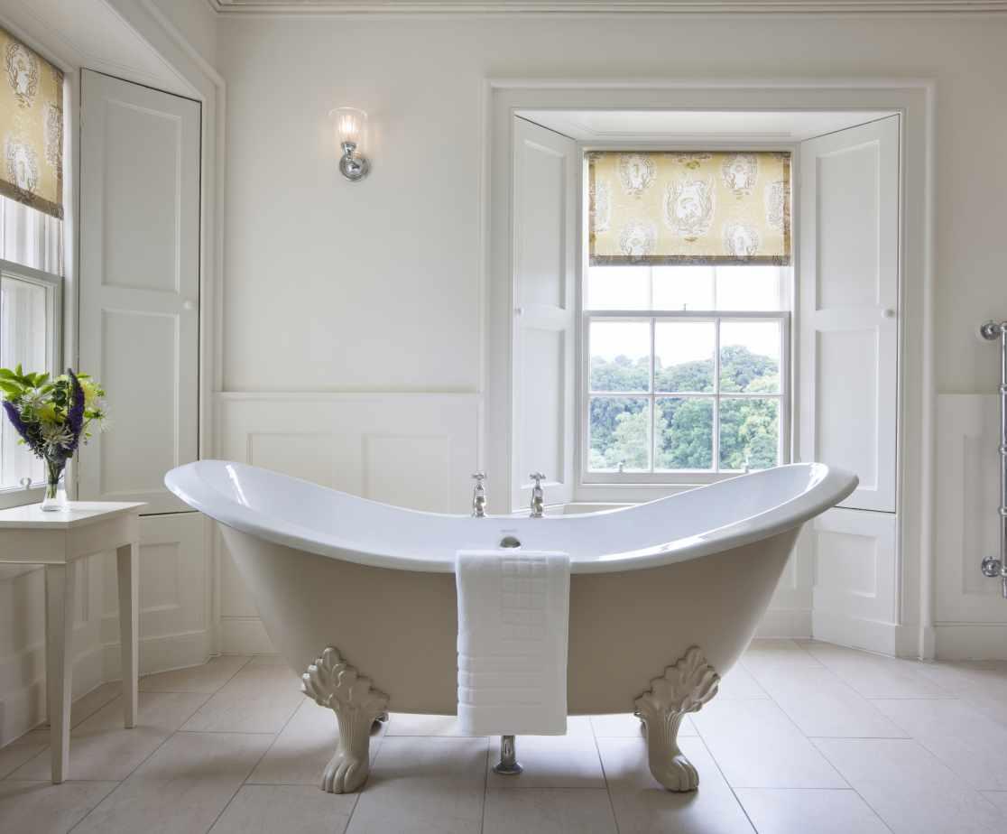 Deep Soaking Slipper Bath | Luxury Melrose Castle