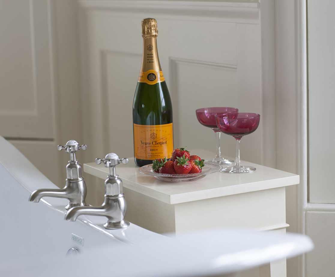 Bathroom | Luxury Melrose Castle