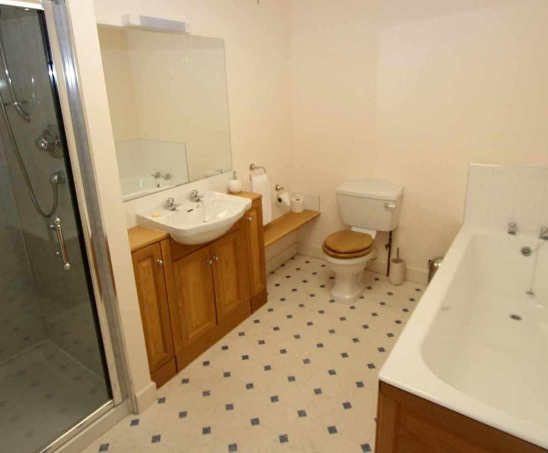 Bathroom allocated to \'Fife\' bedroom