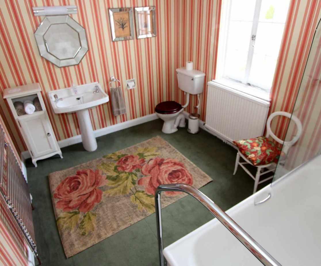 En-suite for \'Balinhard\' double bedroom